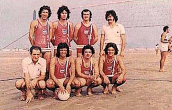 Equipe de voleibol campeã do clube em 1974/75, com os atletas: de pé - Carlinhos (E), Manoel, João Bechara, Arlindo (Técnico) (D); agachados: Diogo (Massagista) (E), Bia, Dado e Bia II (D)